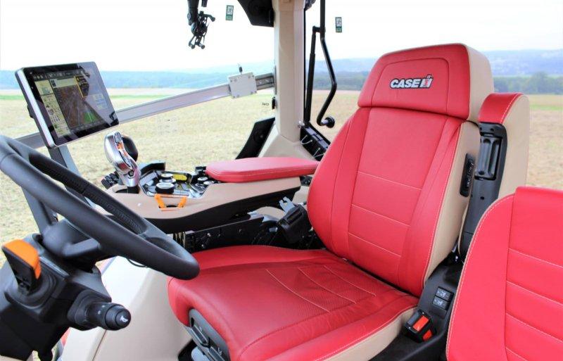 Optioneel is er rood leer op de elektrisch verstelbare stoel en zelfs de bijrijderszit.