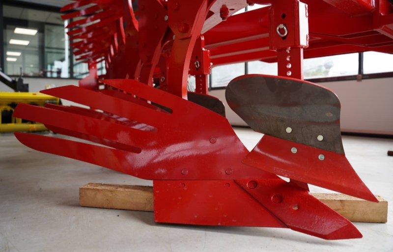 Het JK-rister is langer en cilindrisch voor een volledige kering. Een verstelbare voorschaar is mogelijk om gewasresten volledig onder te werken.