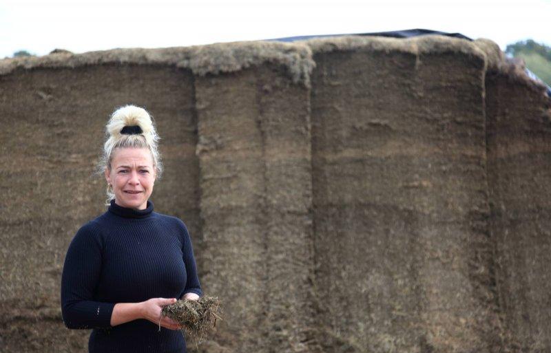Esther Schepers bij de graskuil van de eerste en tweede snede.