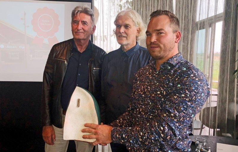Wethouder Jisse Otter, architect Hendrik Klinkhamer en stadsboer Gert-Jan Nijhoff (v.l.n.r.) met de publieksprijs voor Drentse architectuur 2021.