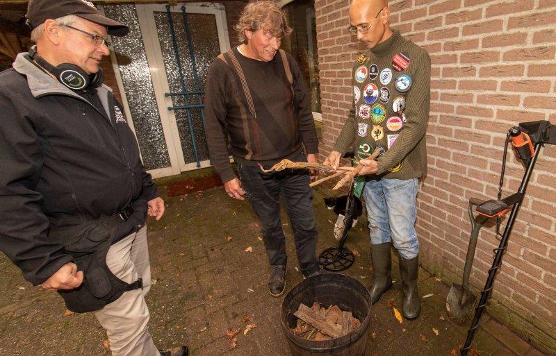 Richard Ober en Justin Nuruwe in Orvelte bespreken met boer Herman Jansen (rechts) hun vondsten.